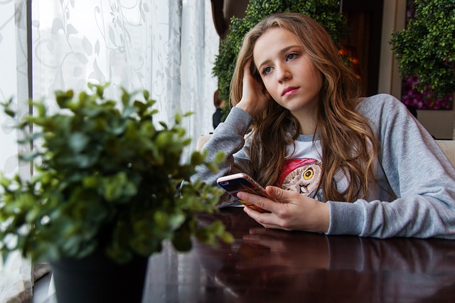 zahleděná dívka