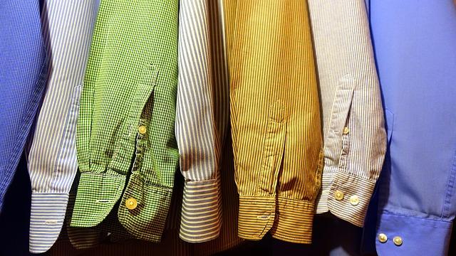 pověšené košile ve skříni.jpg
